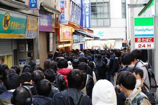 大混雑した東京・秋葉原の専門店前(写真は、ツルミロボ@kaztsuさん提供)