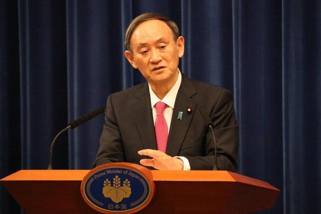 会見する菅義偉首相