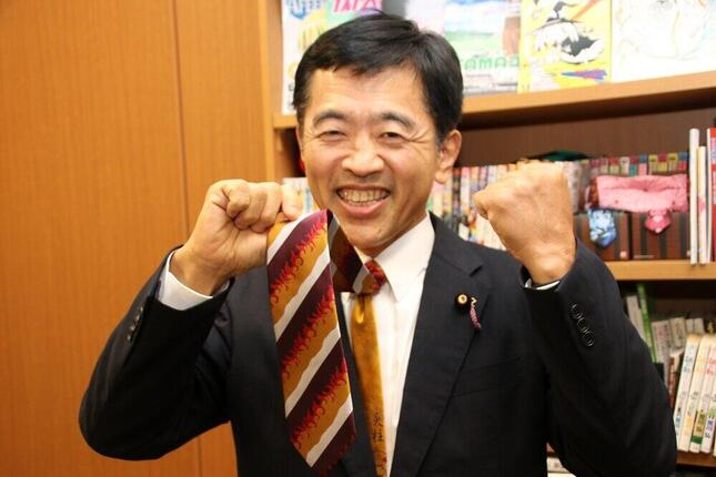 「鬼滅の刃」の人気キャラクター・煉獄杏寿郎を模したネクタイを愛用している。