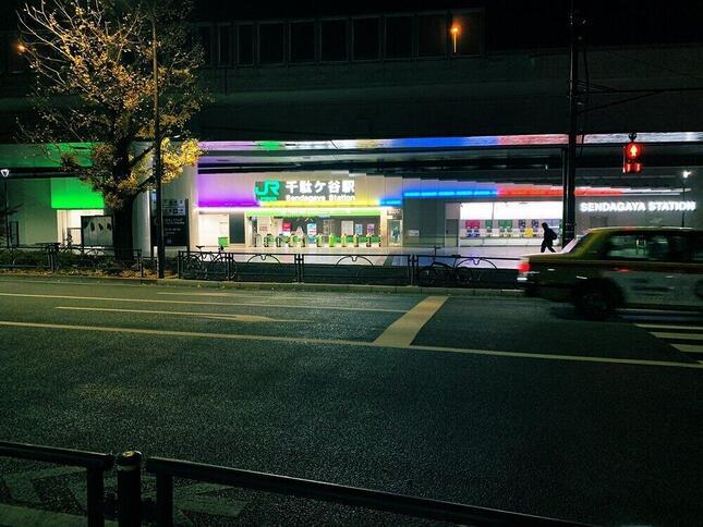 「嵐カラー」のJR千駄ヶ谷駅(画像はMidori.s@mi_do_ri_do_miさん提供)