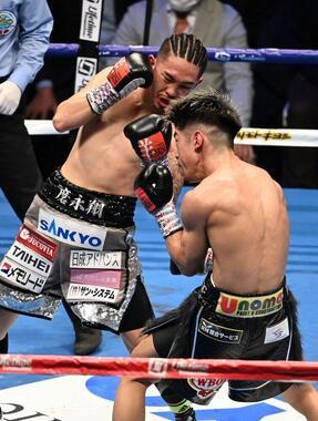田中恒成を8回TKOで破った王者・井岡一翔(写真:AFP/アフロ)
