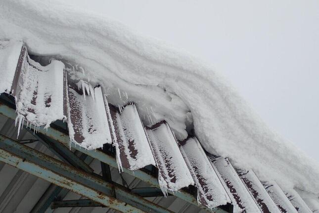 これが「雪ぴ(雪庇)」。雪下ろし時の事故や、落雪につながりやすく危険だ(あおもりくまさん撮影、Wikipedia日本語版より)
