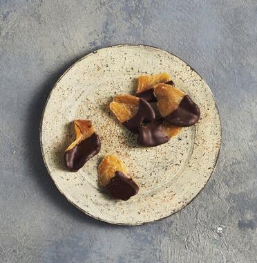 松屋が「旅するチョコレート」として取り扱う「〈オキナワ カカオ〉 新生姜と月桃のチョコレート」(1512円)