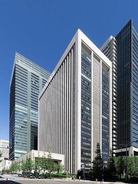 三菱UFJ銀行本店。難しいかじ取りを迫られる(Kakidaiさん撮影、Wikimedia Commonsより)