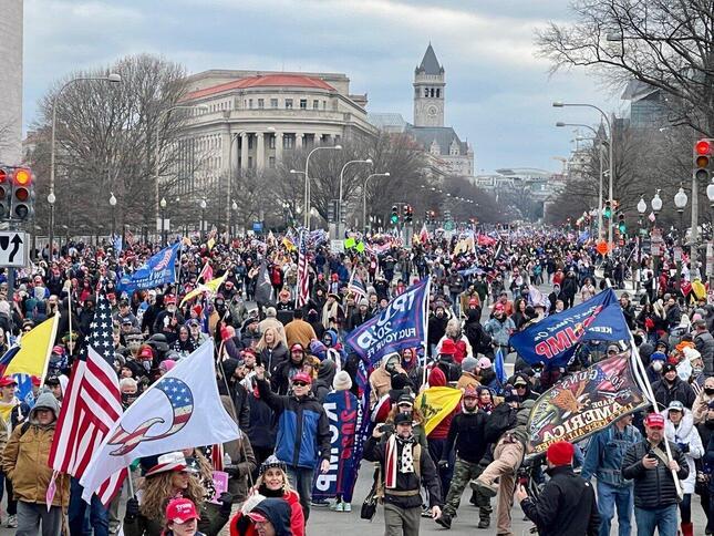 議事堂へ向かって行進するトランプ支持者たち(2021年1月6日、筆者撮影)