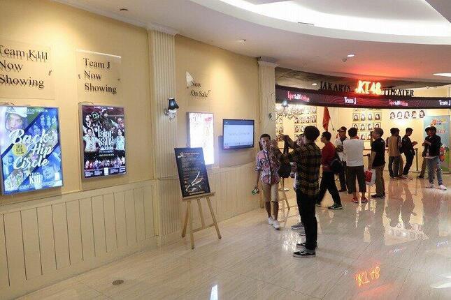 インドネシア・ジャカルタの商業施設にあるJKT48劇場(2019年11月撮影)。メンバーの4割を削減するリストラ策を打ち出した