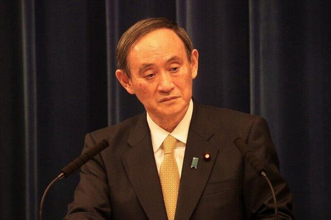 記者会見する菅義偉首相。緊急事態宣言の対象地域拡大について「結果的に見通しが甘かったのではないか」という指摘が出た