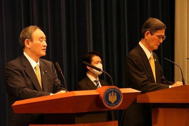 菅義偉首相(左)と新型コロナウイルス感染症対策分科会の尾身茂会長(右)