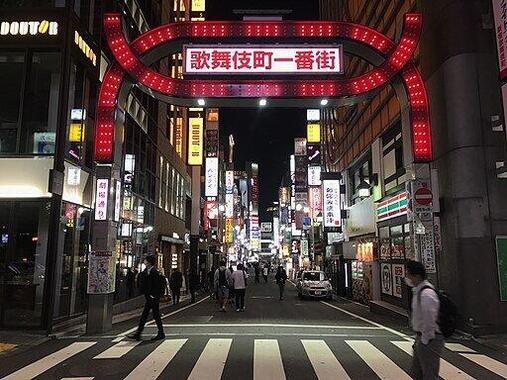 新宿歌舞伎町(Wikimedia Commonsより、片割れ靴下さん撮影)