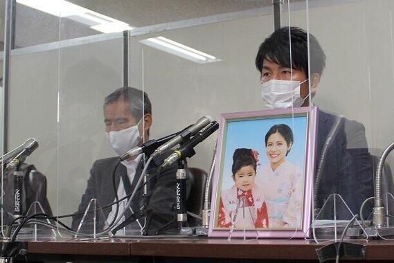 公判後、取材に応じた上原義教さん(左)と松永拓也さん(右)