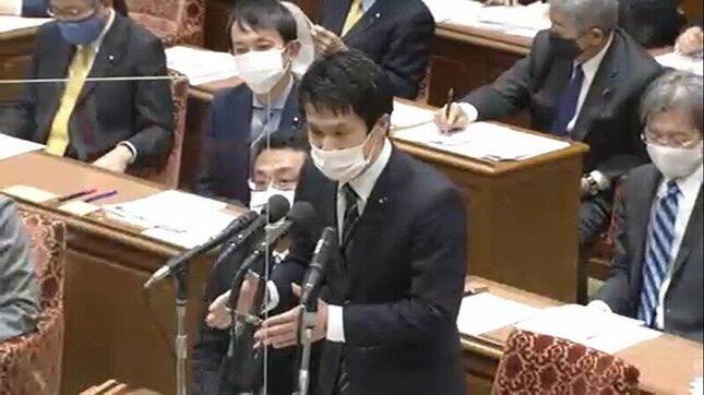 衆院予算委で質問に立つ立憲民主党の小川淳也衆院議員(写真は衆院インターネット中継から)