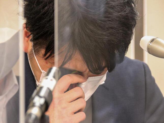 ハンカチで涙を拭う松永拓也さん