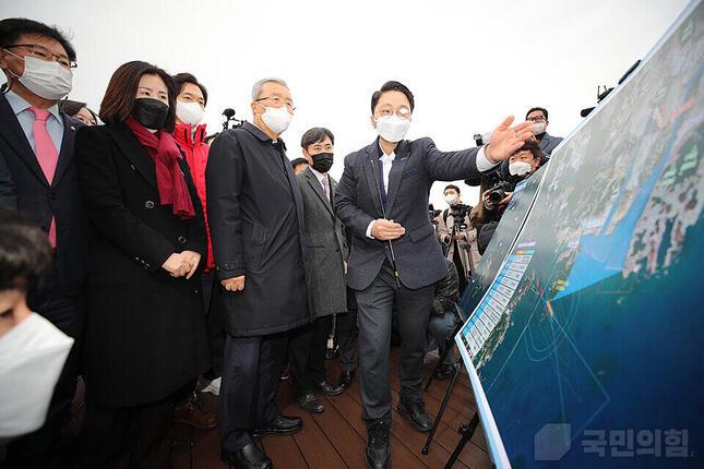 釜山沖の加徳(カドク)島の新空港建設予定地を視察する最大野党「国民の力」メンバー・新空港推進の文脈で「日韓海底トンネル」構想が披露された(写真は「国民の力」ウェブサイトから)