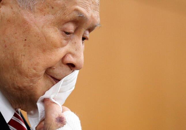 マスクを外す森喜朗氏(写真:代表撮影/ロイター/アフロ)