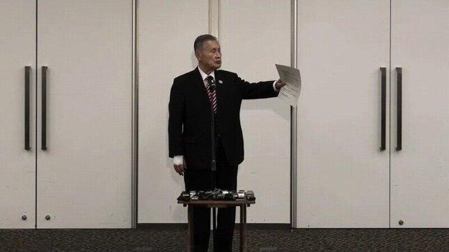 記者を指名する東京オリンピック・パラリンピック組織委員会の森喜朗会長(写真はTokyo 2020公式ライブ配信より)