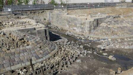 石積みの路盤と橋梁跡までもが良好な状態で見つかった(JR東日本プレスリリースより)
