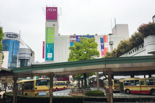商業施設、バスターミナルがある小田急線・本厚木駅付近(2018年撮影)