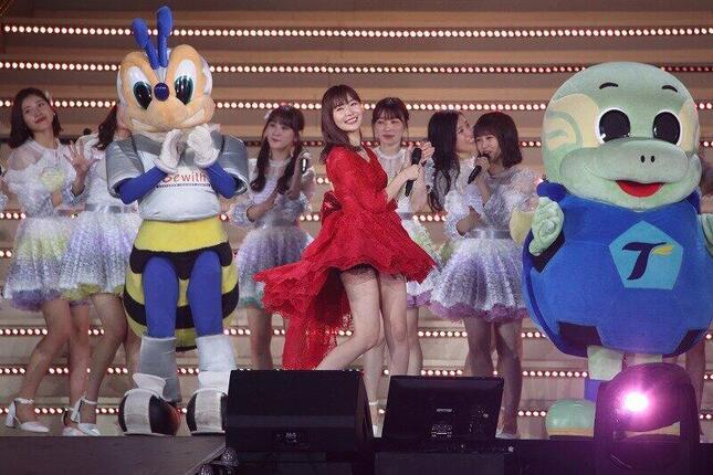 「恋するフォーチュンクッキー」を披露する指原莉乃さん(中央)。AKB48グループのコンサートでは2019年5月の「指原莉乃11年ありがとう!大感謝祭」が「歌い納め」になった