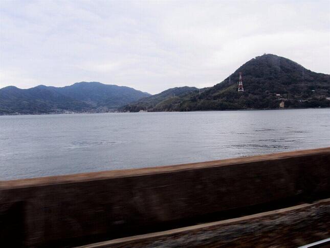 「青春18きっぷ」を利用した鉄道旅行は格別だ(JR山陽本線の車窓から)