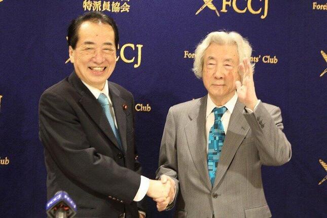 そろって記者会見に臨む菅直人元首相(左)と小泉純一郎元首相(右)