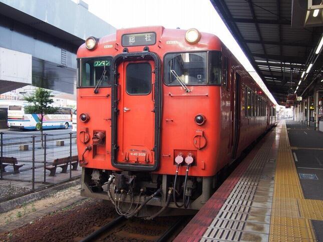 地方ローカル線の運命はどうなるのだろうか(岡山駅で発車を待つ吉備線の列車)