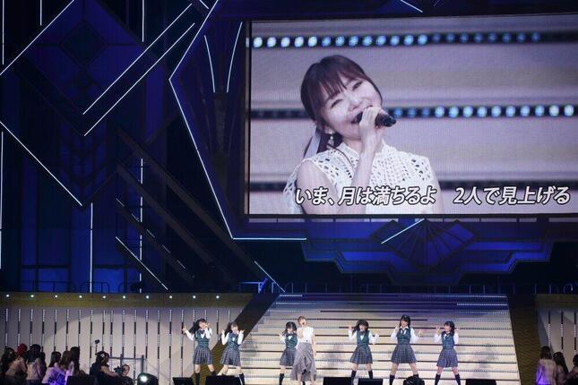新公演「いま、月は満ちる」の表題曲を2019年5月の「大感謝祭」コンサートで披露する指原莉乃さん。バックダンサーはHKT48の5期生が務めた(2019年5月撮影)