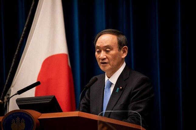 記者会見する菅義偉首相。病床使用率の変動に関する質問も出た