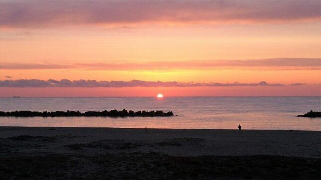 荒浜の海岸から見えた日の出。東日本大震災の翌朝も、「眩しいほどの日の出だった」という=仙台市若林区、前之濱博さん提供
