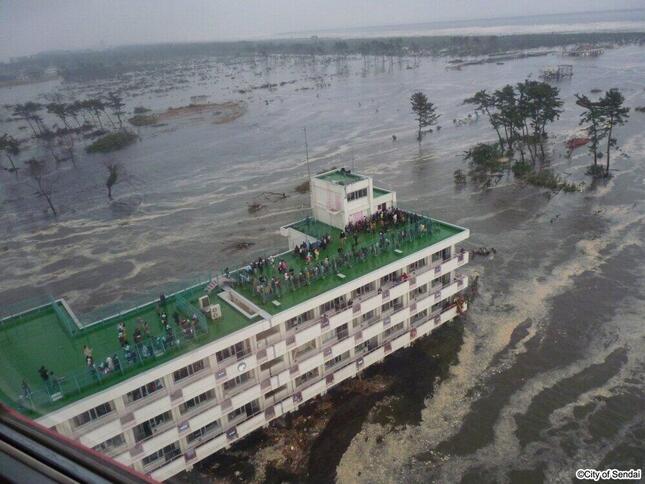 押し寄せた津波は荒浜小学校以外の街並みを全て覆った=2011年3月11日午後、仙台市提供