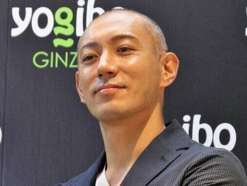 市川海老蔵さん(2019年撮影)が記者から「ピッタリマーク」されたと報告。