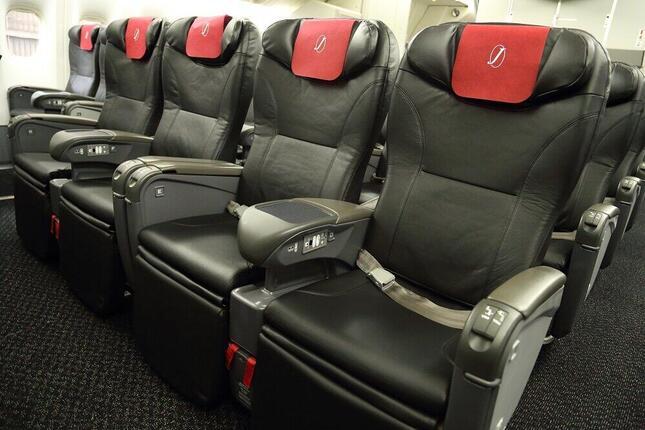 JALは2021年4月から、個人用画面がない国内線機材でイヤホンの配布を中止する(写真は国内線仕様のボーイング777-200型機)