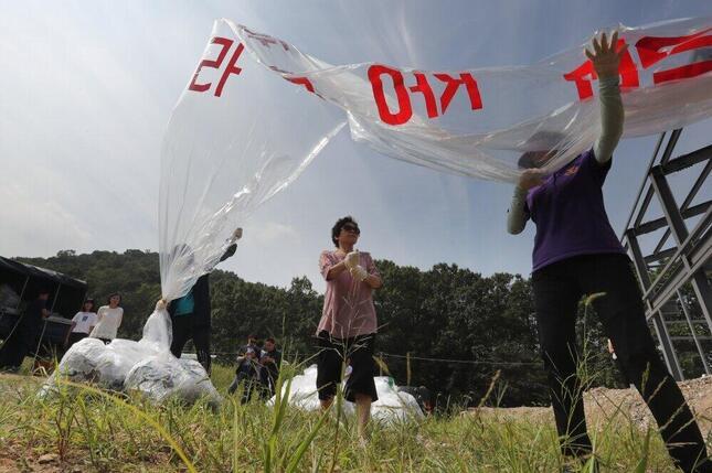 脱北者団体が北朝鮮非難のビラを散布する様子(2016年9月)。北朝鮮の核実験を糾弾する内容だ(写真:YONHAP NEWS/アフロ)