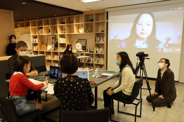 台湾のオードリー・タン(唐鳳)デジタル担当相との異例の対談が実現した。写真左端が秋元ういさん