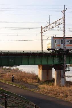 鉄橋上で緊急停車した電車(写真は、赤いラピート@EF64EF81さん提供)