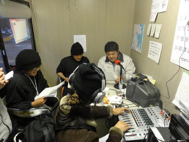 2011年4月「女川さいがいFM」開設直後の放送のようす(大嶋智博さん提供)