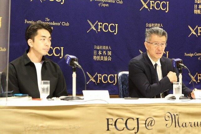 日本外国特派員協会で記者会見するグローバルダイニングの長谷川耕造社長(写真右)と訴訟代理人の倉持麟太郎弁護士(左)
