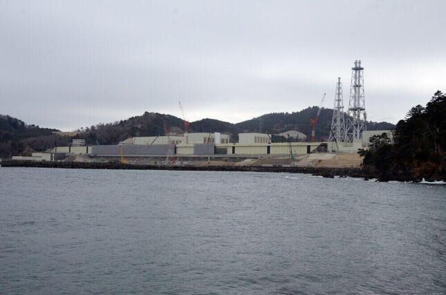 小屋取漁港から東北電力女川原子力発電所を臨む