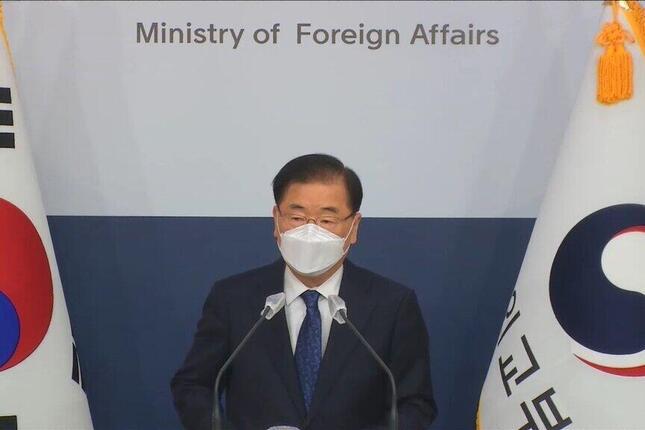 記者会見する韓国の鄭義溶(チョン・ウィヨン)外相。日韓首脳会談に前向きな姿勢を示したが、立場の隔たりは大きい(写真は韓国外務省の動画から)