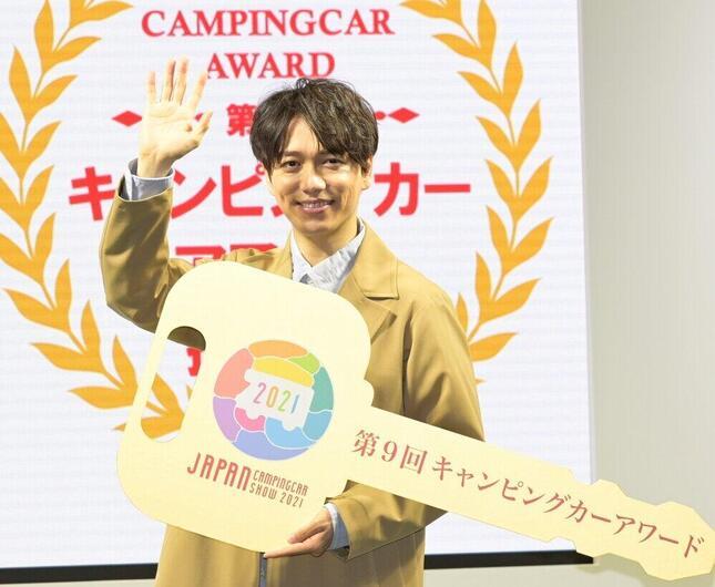 「キャンピングカーアワード」授賞式での山崎育三郎さん