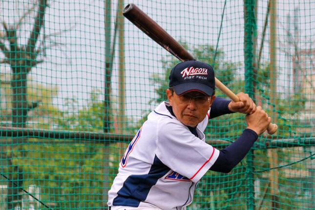 バットを構える加藤文彦選手