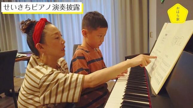 息子にピアノを教える小原さん(小原さんのYouTube動画より)