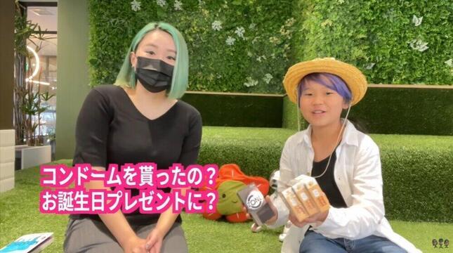 ゆたぼんさん(右)、シオリーヌさん(左)/「少年革命家ゆたぼんチャンネル」YouTube動画より