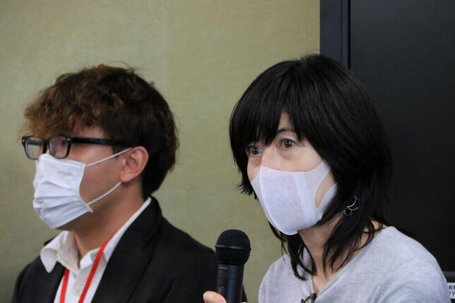 「入管法改悪に反対する有志の会」賛同人の小島慶子さん(右)
