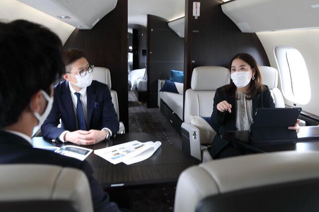 報道陣には大型プライベートジェット機のボンバルディア・グローバル7500型機も公開された。最大で19人が乗れ、会議をしながら米東海岸に向かうこともできる