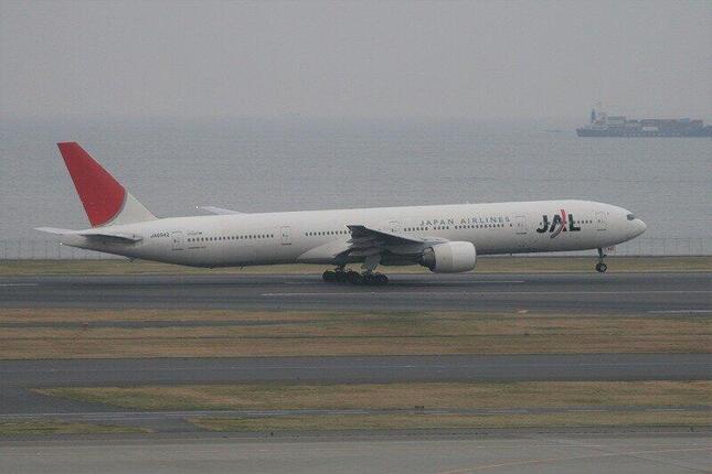 国内線仕様のボーイング777-300型機(2006年撮影)。日本航空(JAL)の機体としては唯一500人の乗客を乗せることができた