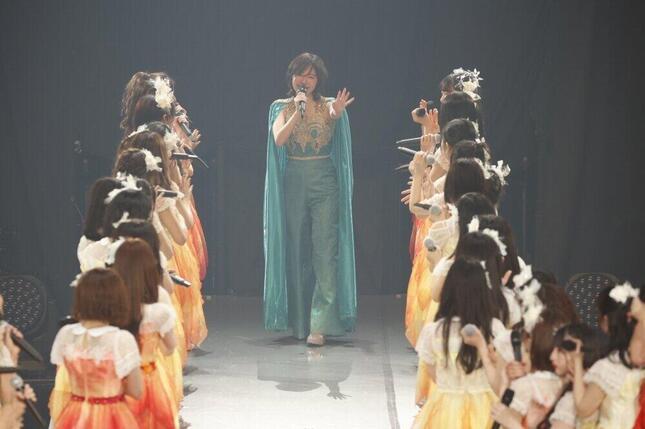 SKE48の松井珠理奈さんは、メンバーが作った花道を歩いてステージを後にした (c)2021 Zest,Inc./AEI