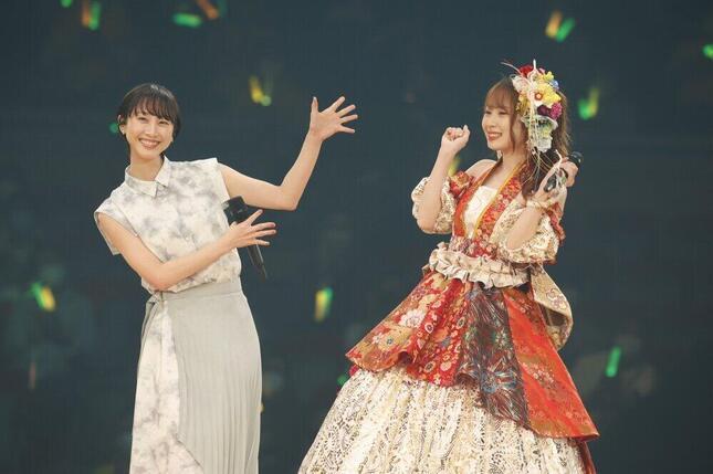 高柳明音さん(右)の卒業コンサートには、卒業生の松井玲奈さん(左)がサプライズで登場した (c)2021 Zest,Inc./AEI