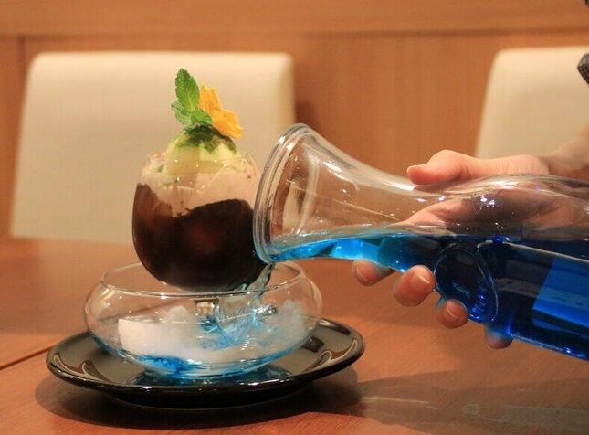 煙が湧き出る「天空のカフェモカフロート」(客席にはブルーレモネードが入った状態で提供される)