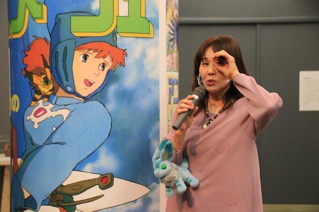 展示の紹介をする島本須美さん