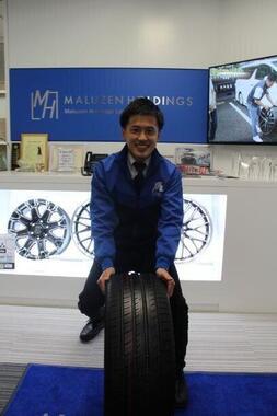 タイヤを転がすポーズに応じる米岡功二社長